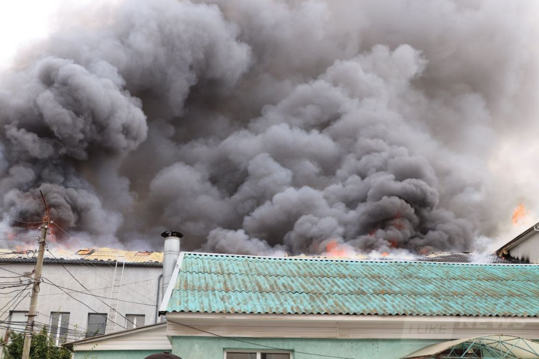 Вогонь перекидається на сусідні будівлі: у Вінниці палают офісні приміщення (ФОТОРЕПОРТАЖ)