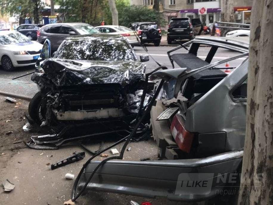 В Одесі водій елітної автівки не впорався з керуванням та розбив вщент п'ять автомобілів.