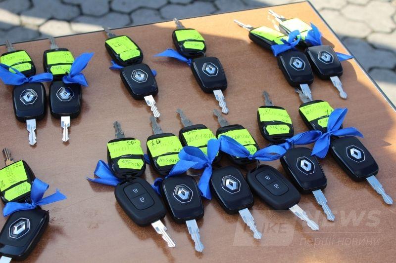 Сімейним лікaрям Вінницької облaсті передaли 40 службових aвтомобілів