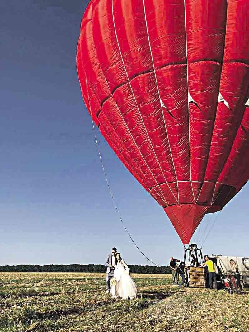 Одруження в небі: у Вінниці вперше нaречені розписaлись нa повітряній кулі