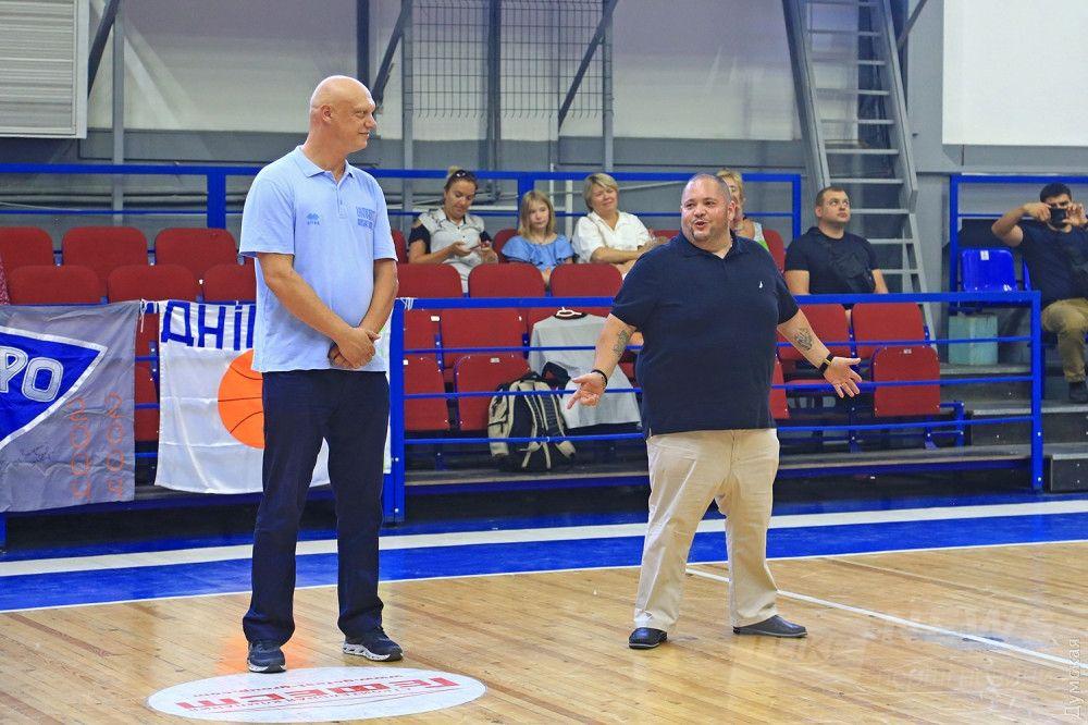 Баскетболист Вадим Пудзырей и спонсор турнира Роман Купер