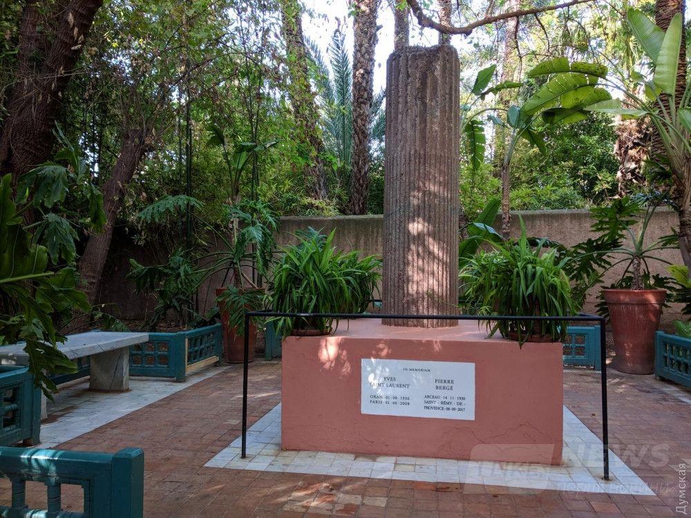 Мемориал Ив Сен-Лорана. Согласно завещанию, прах кутюрье развеяли над садом