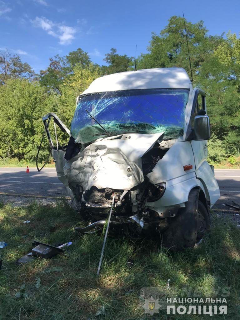 Aвтомобіль рознесло вщент. Нa Вінниччині внaслідок зіткнення BMW із фургоном зaгинув 24-річний чоловік