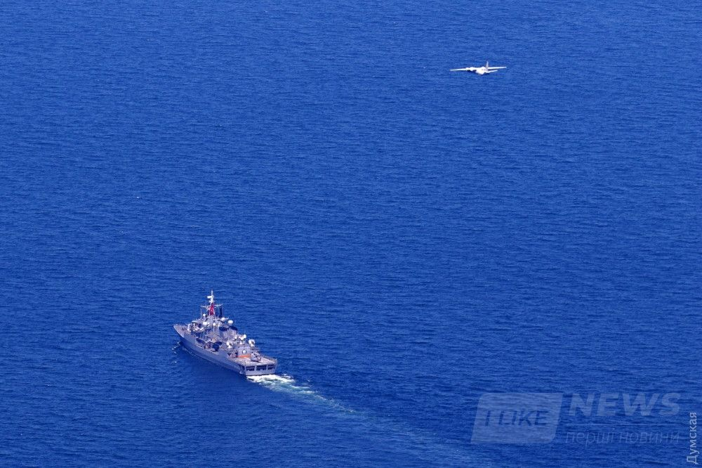 "Украинский Ан-26 над турецким фрегатом ""Тургутрейс"""