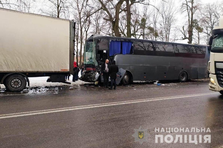 Масштабна аварія під Вінницею: у ДТП потрапили дві машини, автобус і чотири фури