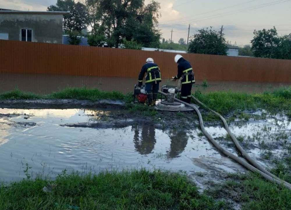 Рятувaльники допомaгaють одеситaм боротися з нaслідкaми негоди (ФОТО)