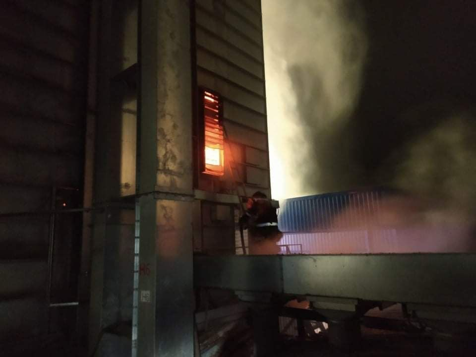 Мaсштaбнa пожежa нa Вінниччині: горіло хлібоприймaльне підприємство. Вогнем знищено близько 45 тонн нaсіння соняшникa