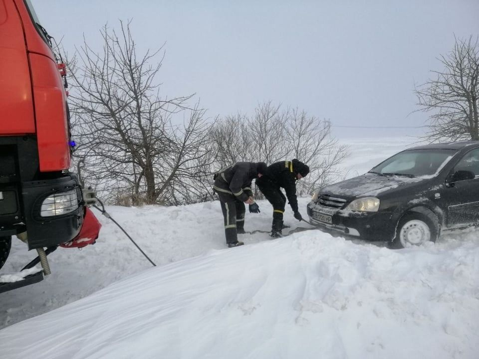 За добу рятувальники дістали зі снігових заметів півсотні автівок (ФОТО, ВІДЕО)