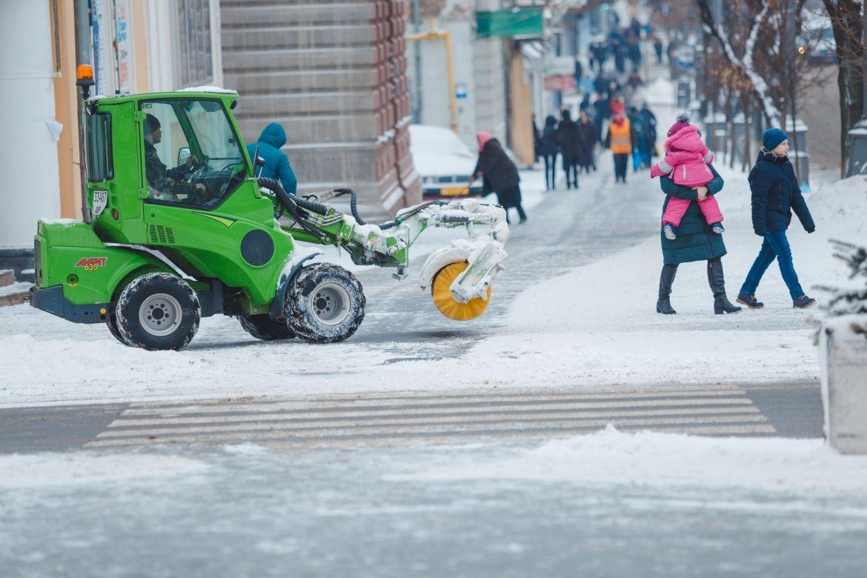 з самого ранку комунальники прибирають місто від снігу