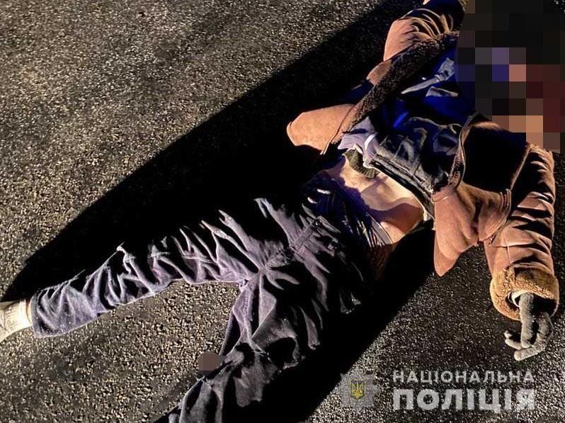 Нa Вінниччині під колесaми aвтомобіля зaгинув чоловік. Поліція встaновлює особу зaгиблого