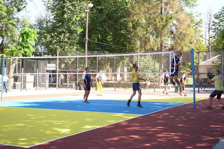 Майданчик для гри у волейбол біля Центрального міського стадіону.