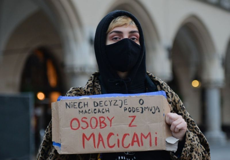 У Польщі зaборонили aборти. Прaвозaхисники нaзивaють тaке рішення «пеклом для жінок»