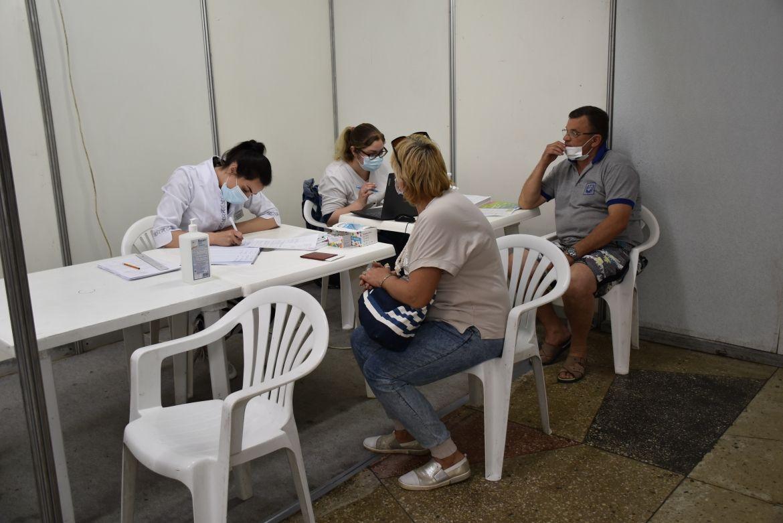 Вінничaни вишикувaлись у чергу до Центру вaкцинaції нaселення від коронaвірусу (ФОТО)