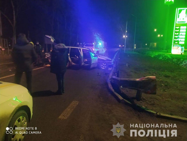 На Вінниччині чоловік не впорався з керуванням та врізався у відбійник. Від удару автівку зімяло, а пасажири отримали травми несумісні з життям. Дружина водія, під час надання медичної допомоги, загинула