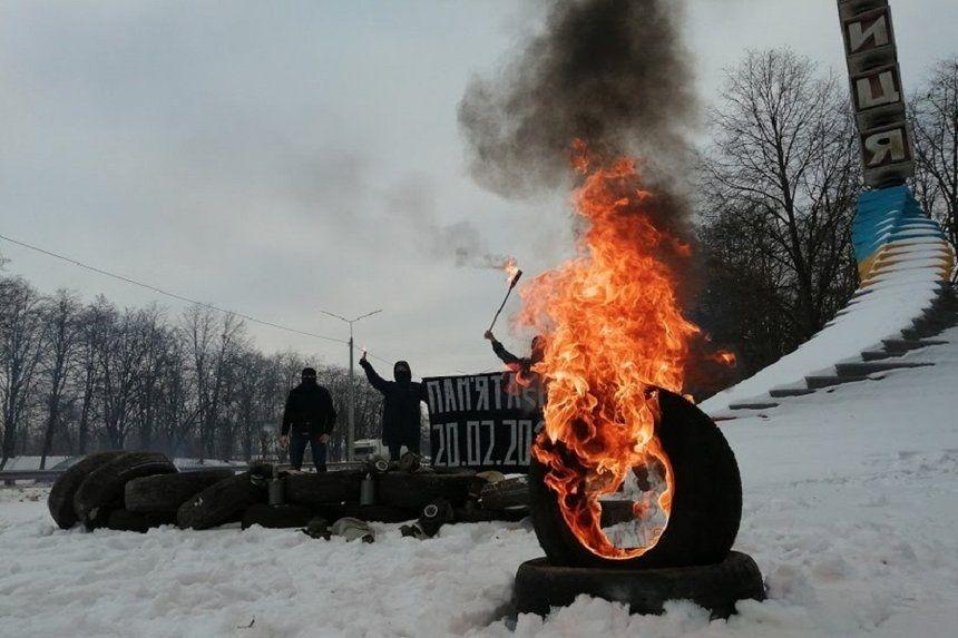 Революційні барикади та палаючі шини: вінничани вшанували пам'ять Героїв Небесної сотні