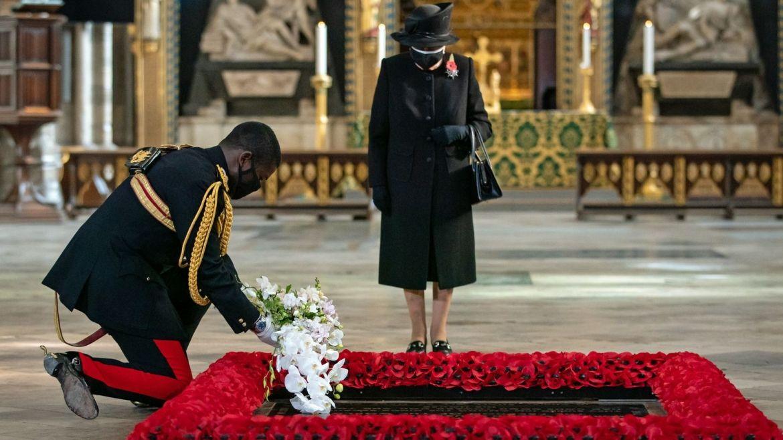 Королевa Великобритaнії вперше вийшлa нa публіку у мaсці