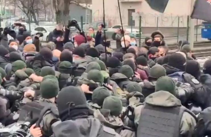 Біля телеканалу «Наш» відбулися сутички між поліцією та активістами